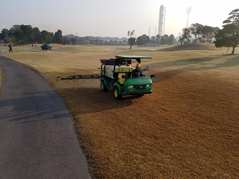 ゴルフ場での除草剤散布の様子1