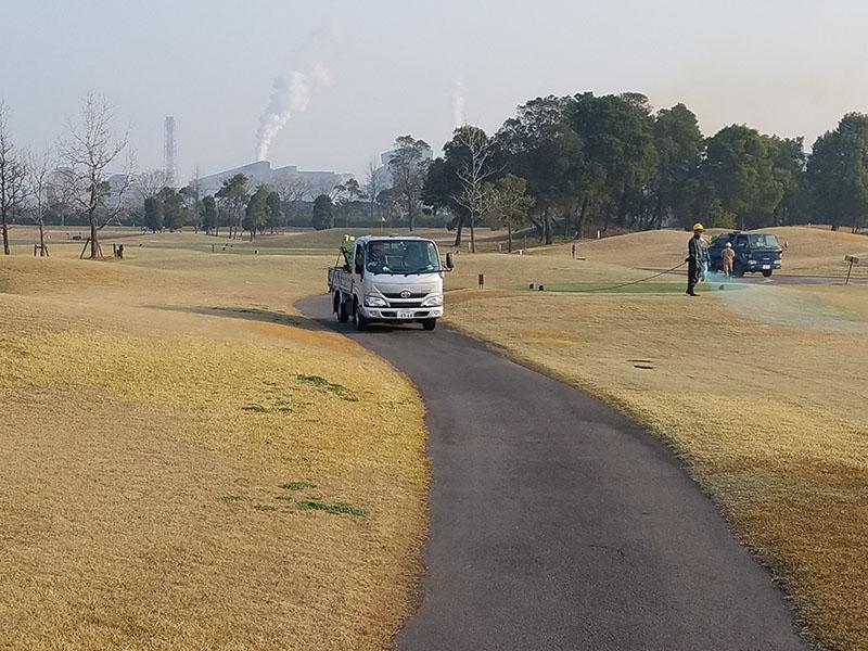 ゴルフ場での除草剤散布の様子2